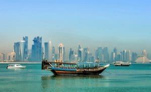 Skyline y barcos en Doha